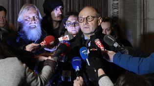 Bernard Boulloud (D), avocat deCécile (C)et Didier (G) Noyer,parle à la presse, le20 décembre 2017, au palais de justice de Chambéry (Savoie). (JEAN-PHILIPPE KSIAZEK / AFP)