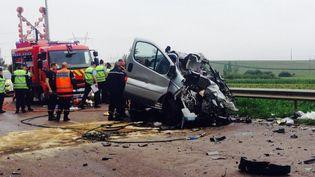 Les secours interviennent autour du minibus accidenté sur la D619, dans l'Aube, mardi 22 juillet 2014. (  MAXPPP)