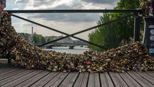 A Paris, le grillage du pont des Arts s'effondre sous le poids des cadenas  (Guillaume Chignagué/Citizenside.com/AFP)
