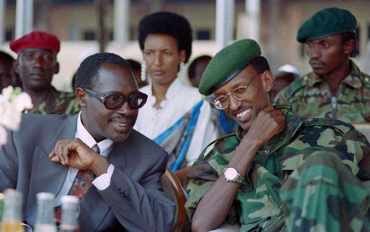 A droite, Paul Kagame, actuel président rwandais, en 1994. Il était à l'époque vice-président et ministre de la Défense. A ses côtés, le président Pasteur Bizimungu. (ALEXANDER JOE / AFP)