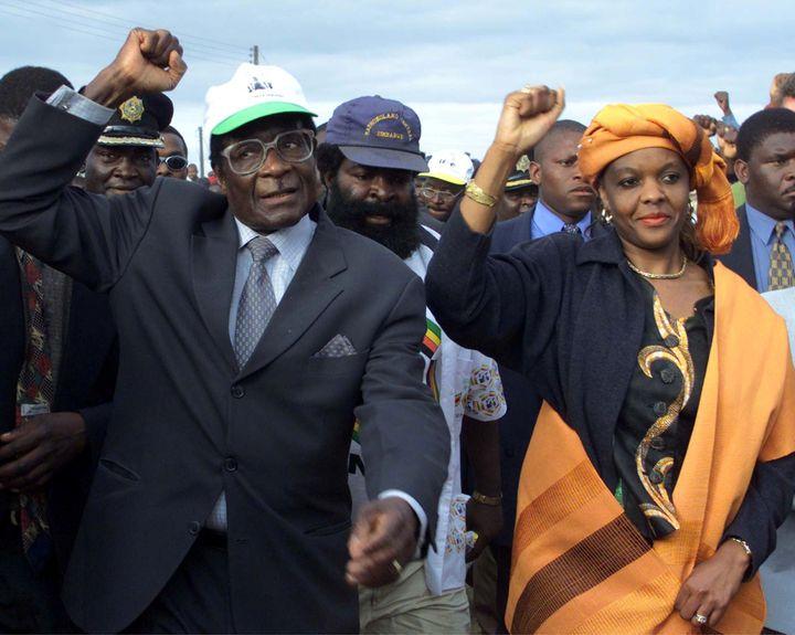 Robert Mugabe et sa femme Grace à Madziwa, village au nord de Harare, le 21 juin 2000. (REUTERS - JUDA NGWENYA / X00201)