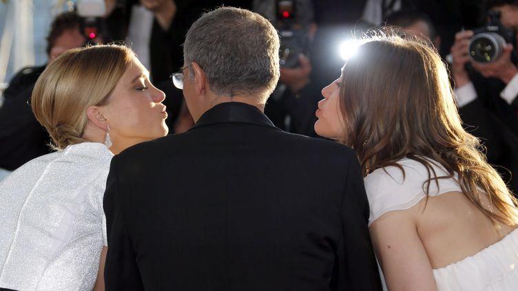 Abdellatif Kechiche avec Léa Seydoux (G) et Adèle Exarchopoulos (D) au Festival de Cannes, le 26 mai 2013. (REGIS DUVIGNAU / REUTERS)