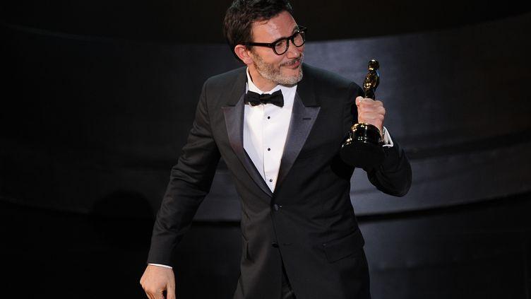 Michel Hazanavicius reçoit l'Oscar du meilleur réalisateur pour The Artist, à Los Angeles (Etats-Unis), le 26 février 2012. (ROBYN BECK / AFP)