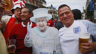 Des supporters anglais prennent la pose avec une réplique de la reine Elizabeth II, jeudi 16 juin 2016, dans les rues de Lens (Pas-de-Calais). (PASCAL ROSSIGNOL / REUTERS)