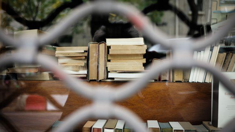 Une librairie fermée en raison du confinement, à Paris, le 30 octobre 2020. (MARIE MAGNIN / HANS LUCAS)