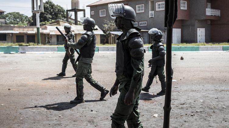 Des policiers guinéens dans les rues de Conakry (Guinée) lors d'une manifestation contre la réélection d'Alpha Condé, le 23 octobre 2020. (JOHN WESSELS / AFP)