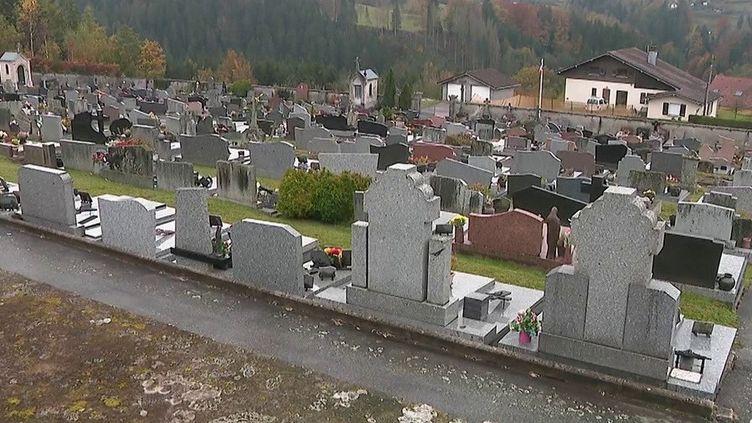 À l'approche de la Toussaint, France 2 se penche sur la gestion par les communes des fins de concession dans les cimetières. Reportage. (FRANCE 2)