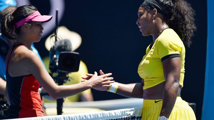 Serena Williams serre la main de la Taïwanaise Su-Wei Hsieh après sa victoire au deuxième tour de l'Open d'Australie.  (PETER PARKS / AFP)