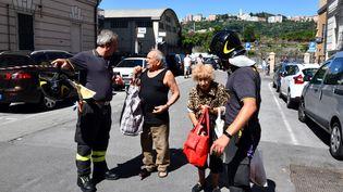 Des habitants de Gênes (Italie) sont évacués au lendemain de l'effondrement du pont Morandi, le 15 août 2018. (ANDREA LEONI / AFP)