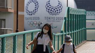 Dans les rues de Tokyo, au Japon, le 14 mai 2021. (KAZUKI WAKASUGI / YOMIURI / AFP)
