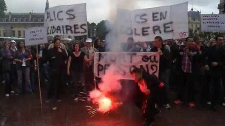 Manifestation de policiers, place Saint-Michel, à Paris, le 11 mai 2012. (FTVI / REUTERS)