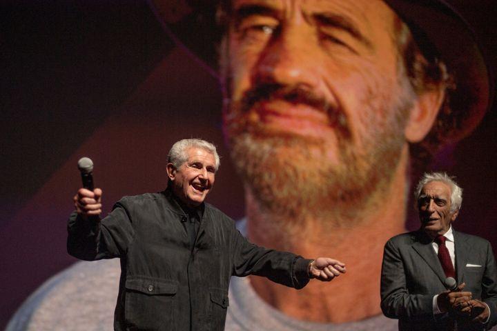 Claude Lelouch et Gérard Darmon au moment de l'hommage rendu à Jean-Paul Belmondo, le 9 septembre 2021 à Deauville (LOIC VENANCE / AFP)