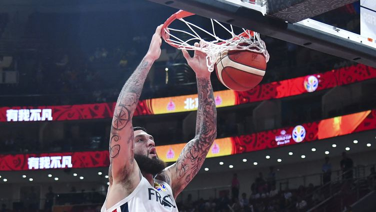 Le français Vincent Poirier lors du match pour la troisième place de la Coupe du monde de basket-ball entre la France et l'Australie à Pékin, le 15 septembre 2019. (HECTOR RETAMAL / AFP)