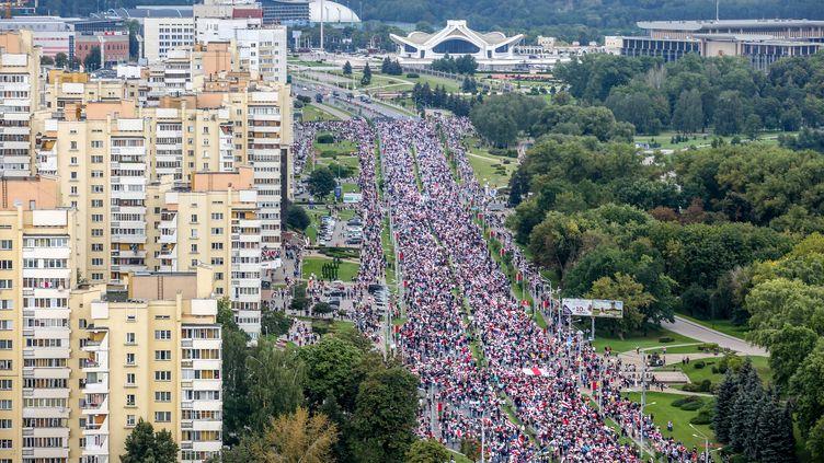 Plusieurs dizaines de milliers de Biélorussesmanifestent contre le président Alexandre Loukachenko, le 6 septembre 2020 à Minsk (Biélorussie). (TUT.BY / AFP)