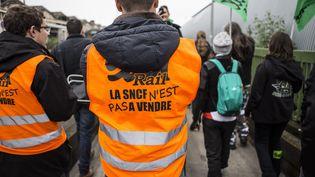 Des syndicalistesde SUD-Rails manifestent à Paris. (YANN CASTANIER / HANS LUCAS)