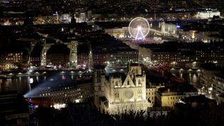 Les fenêtres des Lyonnais, comme ici près de la cathédrale Saint-Jean, étaient illuminées à l'appel du maire, Gérard Collomb. (MAXPPP)