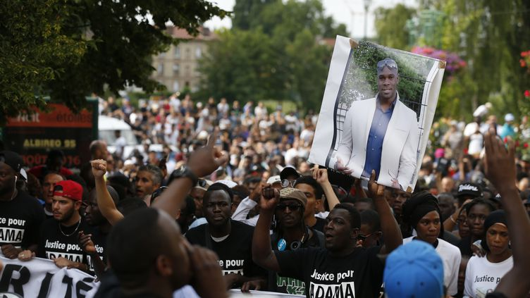 Une manifestation des proches d'Adama Traoré, le 22 juillet 2016, àBeaumont-sur-Oise (Val-d'Oise). (THOMAS SAMSON / AFP)