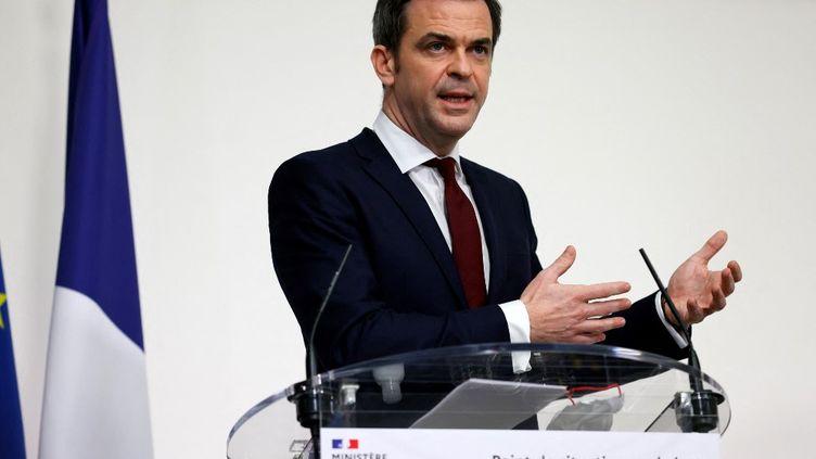 Le ministre de la Santé Olivier Véran lors d'une conférence de presse consacrée à la situation sanitaire, jeudi 18 février 2021 à Paris. (THOMAS SAMSON / AFP)