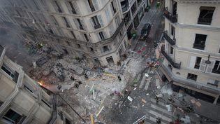 Une vue en hauteur de l'intersection entre la rue de Trévise et la rue Sainte-Cécile où a eu lieu l'explosion d'une boulangerie, le 12 janvier 2019. (CARL LABROSSE / AFP)