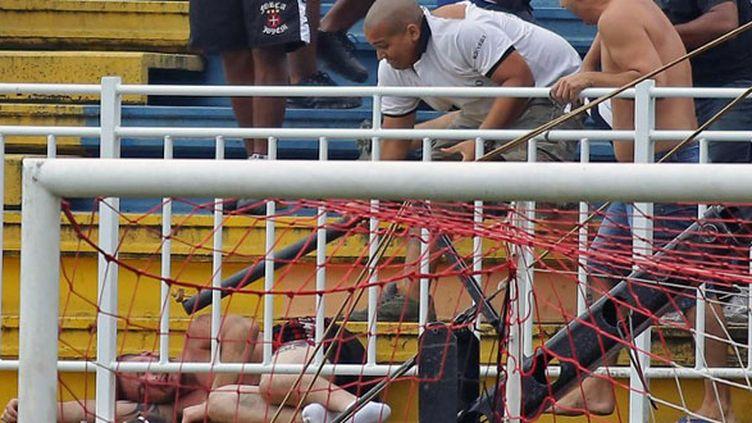 Une barre avec un clou au bout sur un homme déjà à terre, l'une des terribles scènes de violence en marge du match entre l'Atletico et Vasco