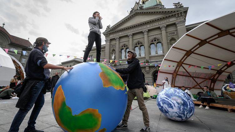 Une manifestation de militants écologistes devant le parlement suisse, le 21 septembre 2020. (FABRICE COFFRINI / AFP)