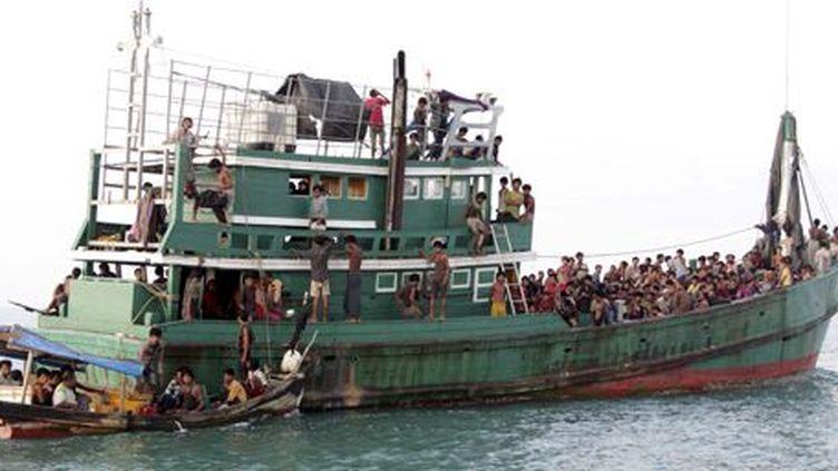 Bateau de pêche transportant des migrants clandestins au large de la pointe nord de l'île indonésienne de Sumatra, le 20 mai 2015.  (REUTERS - Syifa - Antara Foto)