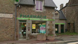 Un pharmacien situé dans une commune du Sud de la Manche a décidé de vendre son officine pour un euro. En milieu rural, les pharmacies ont de plus en plus de mal à trouver des repreneurs. Près de 1 500 pharmacies ont fermé l'an dernier. (France 2)