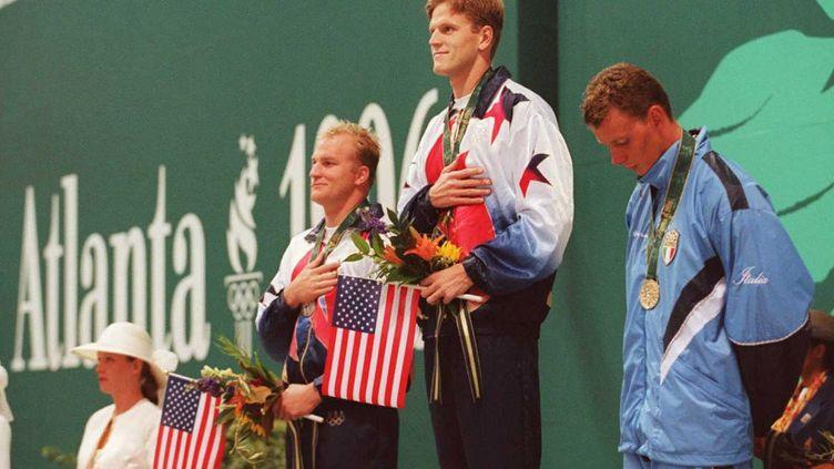 Trippe Schwenk, au deuxième plan, lors du podium du 200m dos des JO d'Atlanta, voici vingt ans (TOSHIFUMI KITAMURA / AFP)