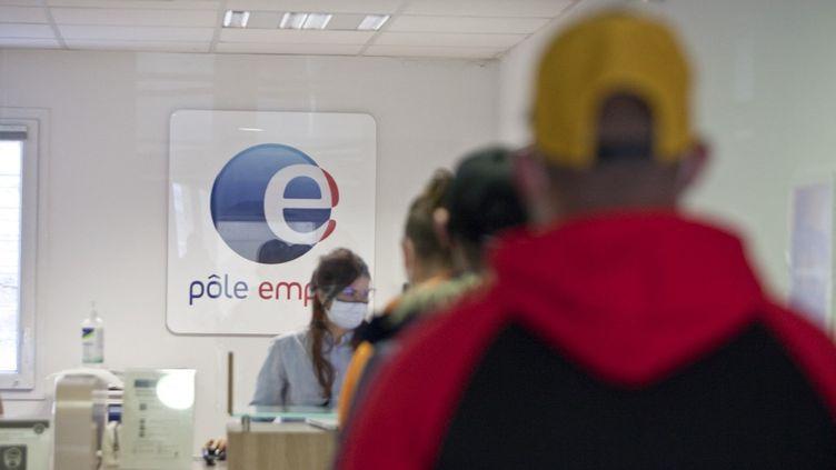 Des demandeurs d'emploi dans une agence Pôle emploi de Gap (Hautes-Alpes), le 25 mars 2021. (THIBAUT DURAND / HANS LUCAS / AFP)