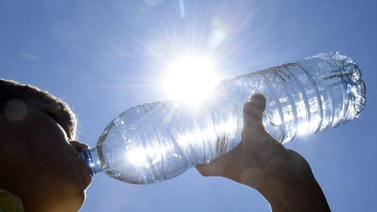 Dans les 51 départements concernés par l'alerte canicule du 2 juillet 2015, il est fortement conseillé de boire beaucoup pour éviter les coups de chaleur. (  MAXPPP)