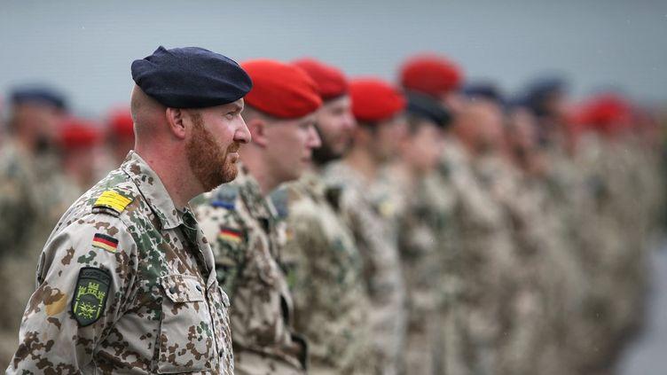 Des soldats allemands avant leur départ pour l'Afghanistan, le 4 juin 2020 à Burg, en Allemagne. (RONNY HARTMANN / DPA)
