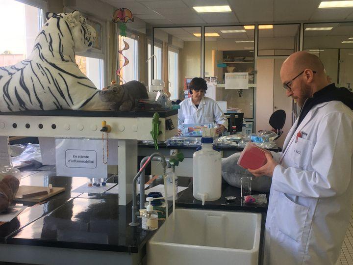 Un ingénieur teste la dangerosité de jouets au laboratoire de Lille. (Joachim Dauphin)