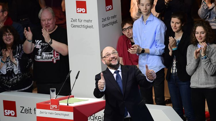 Martin Schulz et des militants du SPD à Berlin, le 21 janvier 2017 (TOBIAS SCHWARZ / AFP)