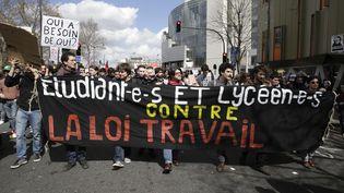 Des étudiants manifestent à Paris contre la loi Travail, le 5 avril 2016, à Paris. (KENZO TRIBOUILLARD / AFP)
