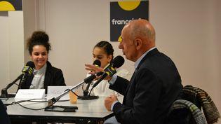Des élèves de cinquième ont posé des questions au journaliste politique de franceinfo, Jean-Michel Aphatie, depuis leur salle de classe, au collège Gabriel Havez de Creil (Oise). (ESTELLE FAURE / FRANCEINFO - RADIOFRANCE)