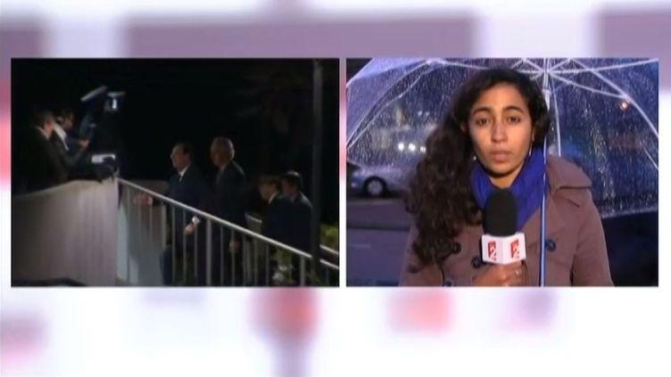 François Hollande arrive dans le pavillon d'honneur de Roissy, mardi 5 novembre, pour rencontrer les proches des deux journalistes de RFI tués au Mali. ( FRANCE 2 / FRANCETV INFO)