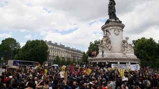 """Rassemblement dans le cadre des manifestations mondiales """"Black Lives Matter"""" contre le racisme et la brutalité policière, place de la République à Paris, samedi13 juin 2020. (THOMAS SAMSON / AFP)"""