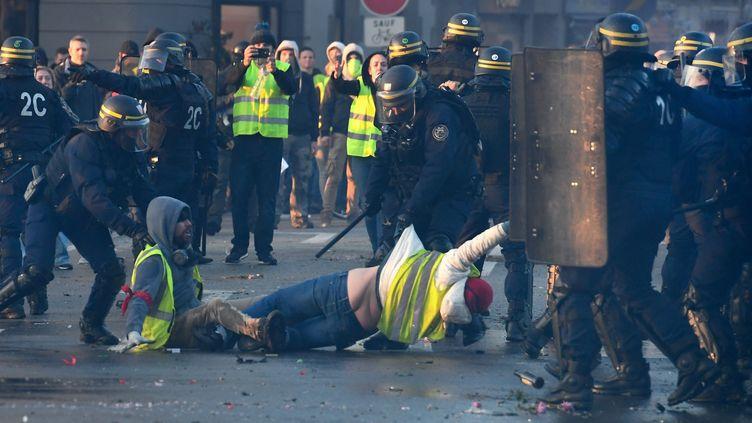 """Des""""gilets jaunes""""évacués par la police le 17 novembre 2018 à Quimper (Finistère). (FRED TANNEAU / AFP)"""