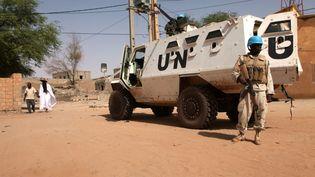 Un casque bleu dela mission de l'ONU au Mali (Minusma) patrouille à Tombouctou, le 19 septembre 2016. (SEBASTIEN RIEUSSEC / AFP)
