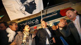 Les responsables de la liste Pè a Corsica célèbrent leur victoire aux élections territoriales, le 3 décembre 2017, à Bastia (Haute-Corse). (PASCAL POCHARD-CASABIANCA / AFP)