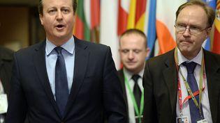 L'ancien Premier ministre britannique, David Cameron (G), et l'ex-ambassadeur auprès de l'Union européenne, Ivan Rogers (D), le 19 février 2016 à Bruxelles (Belgique). (THIERRY CHARLIER / AFP)