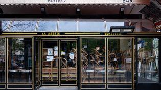Un restaurant parisien fermé à cause des restrictions sanitaires, le 29 avril 2021. (RICCARDO MILANI / HANS LUCAS / AFP)