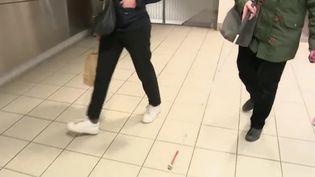 """Gros plan sur ce qu'on appelle le """"marketing olfactif"""". Le principe est de plus en plus utilisé dans les espaces publics : guider des personnes malvoyantes dans le métro, masquer des odeurs désagréables dans les halls d'immeubles... (France 2)"""