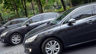 Des voitures de tourisme avec chauffeur, à Paris, le 24 avril 2014. (PIERRE ANDRIEU / AFP)