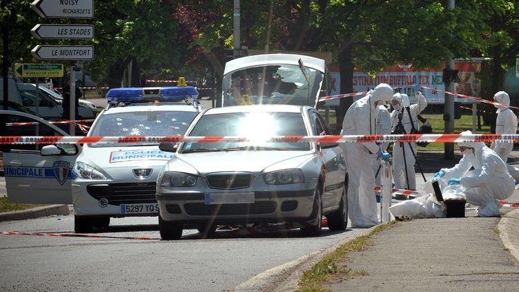 La voiture des policiers municipaux sur la scène de la fusillade, à Villiers-sur-Marne (Val-de-Marne), le 20 mai 2010. (BERTRAND LANGLOIS / AFP)