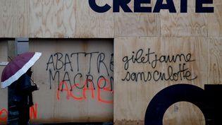 Un tag anti-Macron,le 25 novembre 2018 sur les Champs-Elysées. (FRANCOIS GUILLOT / AFP)