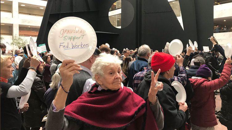 Une manifestation d'employés fédéraux et de leurs soutiens à Washington, le 23 janvier 2019. (GREGORY PHILIPPS / RADIO FRANCE)