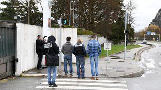 Des membres de la police judiciaire en poste devant l'entrée de la caserne de Varces-Allières-et-Risset (Isère), jeudi 29 mars 2018, après qu'un individu a tenté de foncer sur des militaires au volant d'un véhicule. (JEAN-PIERRE CLATOT / AFP)