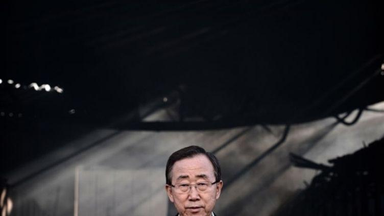 Le secrétaire général de l'Onu Ban Ki-moon à Gaza, devant un entrepôt de l'Onu détruit (20 janvier 2009) (© AFP / Oliver Laban / Mattei)