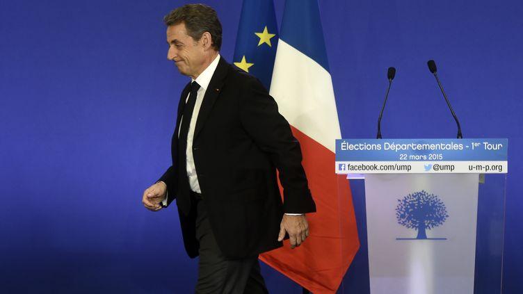 Le président de l'UMP quitte le podium après un discours sur les départementales, le 22 mars 2015, à Paris. (DOMINIQUE FAGET / AFP)